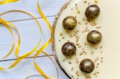 Bolo delicioso do caramelo com os doces redondos do chocolate polvilhados Imagem de Stock