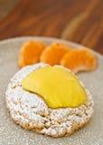 Bolo delicioso do limão com fatias alaranjadas Foto de Stock Royalty Free