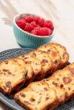Bolo delicioso dos frutos secos com framboesas Fotos de Stock