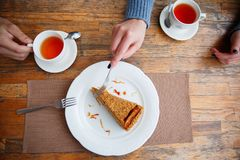 Bolo delicioso e doce com os copos do chá na tabela de madeira fotos de stock