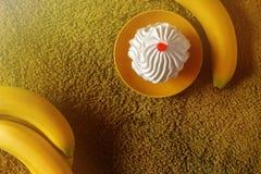 Bolo delicioso em um fundo verde com bananas Imagem de Stock