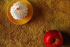 Bolo delicioso em um fundo verde com maçã Fotografia de Stock Royalty Free