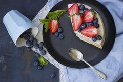 Bolo dietético com bagas em uma bandeja de madeira Delicioso, útil fotos de stock royalty free