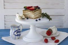 Bolo dietético com bagas Pedaço de bolo Sobremesa deliciosa, saudável T fotos de stock royalty free