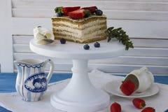 Bolo dietético com bagas Pedaço de bolo Sobremesa deliciosa, saudável T fotografia de stock