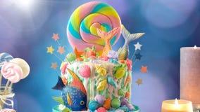 Bolo do candyland do tema da sereia com caudas do brilho, escudos e criaturas do mar imagem de stock royalty free