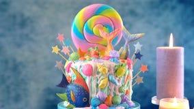 Bolo do candyland do tema da sereia com caudas do brilho, escudos e criaturas do mar imagens de stock