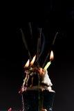 Bolo do copo com velas do fogo de artifício e do aniversário imagem de stock royalty free