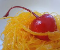 Bolo do copo da manteiga com a cereja vermelha no xarope na linha dourada doce Fotografia de Stock