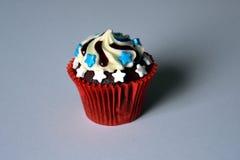 Bolo do copo do chocolate com a decoração da bandeira dos EUA Imagem de Stock Royalty Free
