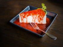 Bolo do crepe da morango, fonte da morango na parte superior com as folhas de hortelã na parte superior Fotos de Stock Royalty Free