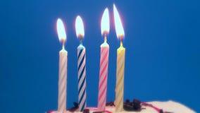 Bolo do feliz aniversario com velas espirais ardentes filme
