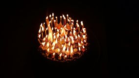 Bolo do fogo com velas O fundo não importa na obscuridade imagem de stock royalty free