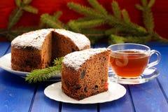 Bolo do fruto do chocolate do Natal com refeição matinal do chá preto e da pele sobre Imagens de Stock Royalty Free