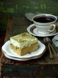 Bolo do leite do verde três com o matcha japonês do chá no fundo de madeira Sobremesa tradicional de leches de Tres da América La Imagens de Stock