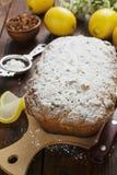 Bolo do limão com pó do açúcar Imagens de Stock Royalty Free