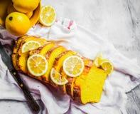 Bolo do limão no fundo rústico Foto de Stock
