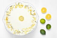 Bolo do limão da Páscoa em um fundo de madeira branco Imagem de Stock
