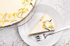 Bolo do limão da Páscoa em um fundo de madeira branco Foto de Stock Royalty Free