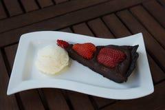 bolo do Morango-chocolate com gelado de baunilha Fotografia de Stock