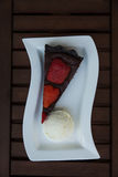 bolo do Morango-chocolate com gelado de baunilha Imagens de Stock
