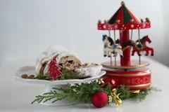 Bolo do Natal - caixa de música de Stollen, de quinquilharia e de carrossel Fotografia de Stock