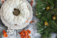 Bolo do Natal com ramo do abeto e os sinos dourados Fotos de Stock Royalty Free