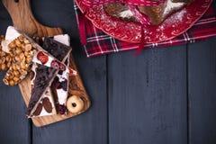 Bolo do Natal de Pandoro do italiano com creme do limão Decoração e doces para o Natal Feriado de inverno Vista superior fotos de stock royalty free