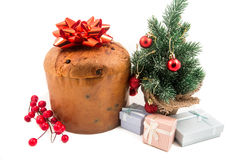 Bolo do Natal do Panettone com fundo do branco da decoração do ramo da folha do cipreste do sinal, do azevinho, do visco, da hera Fotos de Stock Royalty Free