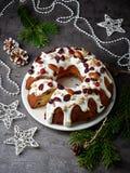 Bolo do Natal na placa branca Imagem de Stock