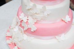 Bolo do rosa e o branco com borboleta fotografia de stock