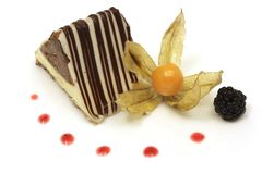 Bolo do triângulo do chocolate Fotos de Stock Royalty Free