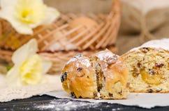 Bolo doce da Páscoa com maçapão, frutos cristalizados, porcas Fotos de Stock Royalty Free