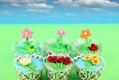 Bolo dos queques das flores da mola Fotografia de Stock