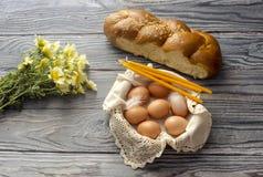 Bolo dos Wildflowers, da Páscoa, velas da igreja e ovos em uma cesta Imagens de Stock Royalty Free