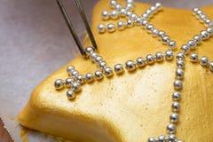 Bolo dourado Fotos de Stock Royalty Free