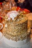 Bolo dourado na tabela no restaurante fotografia de stock