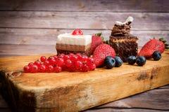 Bolo e bagas de chocolate fotografia de stock royalty free
