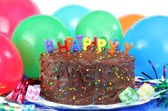 Bolo e balões de chocolate do feliz aniversario Imagens de Stock Royalty Free