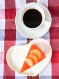 Bolo e café alaranjados Fotos de Stock