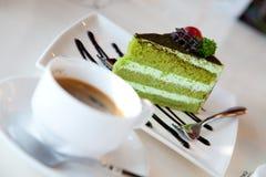 Bolo e café de Greentea Fotografia de Stock Royalty Free