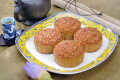 Bolo e chá chineses de lua imagens de stock royalty free