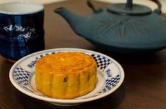 Bolo e chá chineses de lua Imagens de Stock