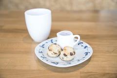 Bolo e chá quente na tabela de madeira Fotos de Stock Royalty Free