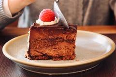 Bolo e colher de chocolate fotografia de stock royalty free