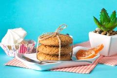 Bolo e cookies em um fundo brilhante Foto de Stock Royalty Free