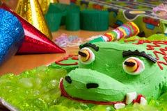 Bolo e decorações de aniversário dos miúdos Imagem de Stock