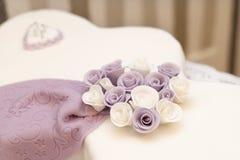 Bolo e flores Imagem de Stock Royalty Free