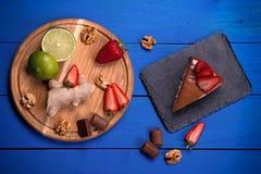 Bolo e ingradiyenta em uma tabela de madeira azul Foto de Stock Royalty Free