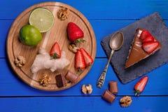Bolo e ingradiyenta em uma tabela de madeira azul Imagens de Stock